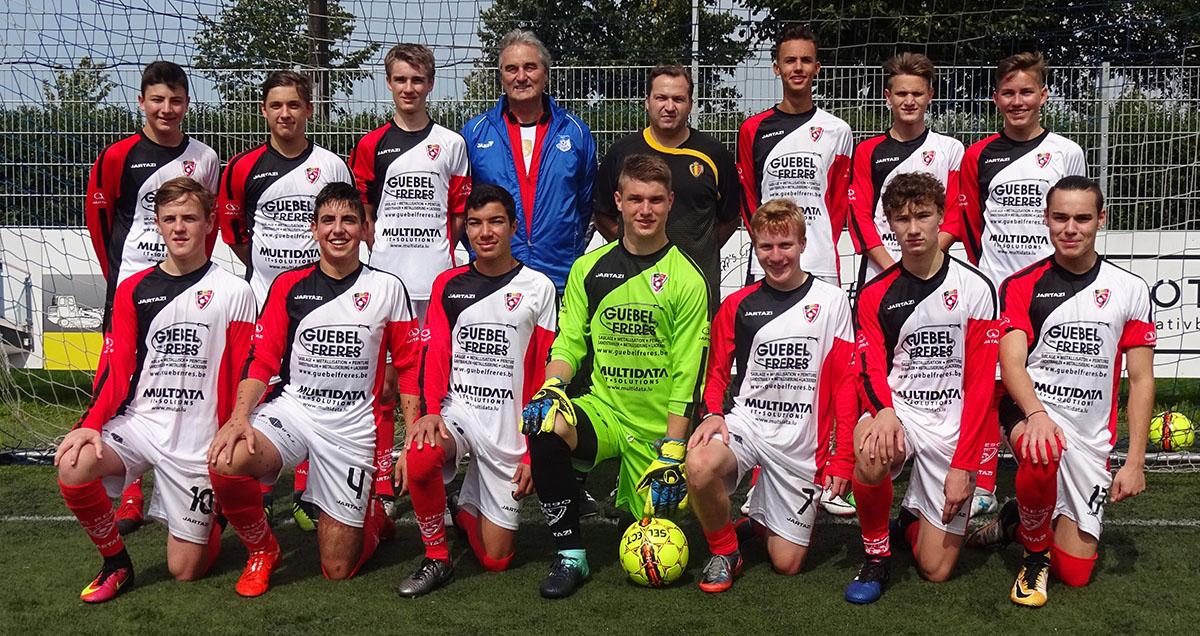 Peter Schreiner hier mit Trainer Thorsten Gäbel und seiner Mannschaft.