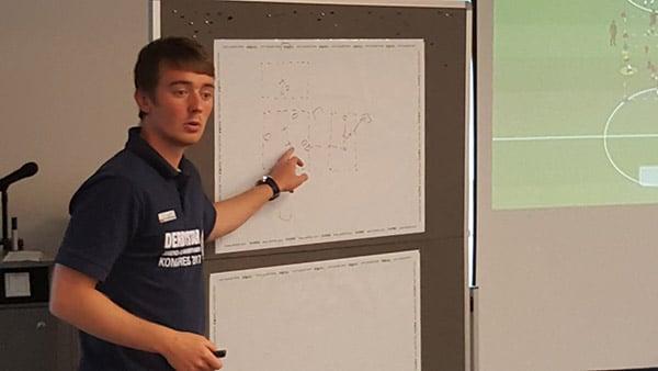 Jonas Stephan - Referent in einem Seminar des Instituts für Jugendfußball