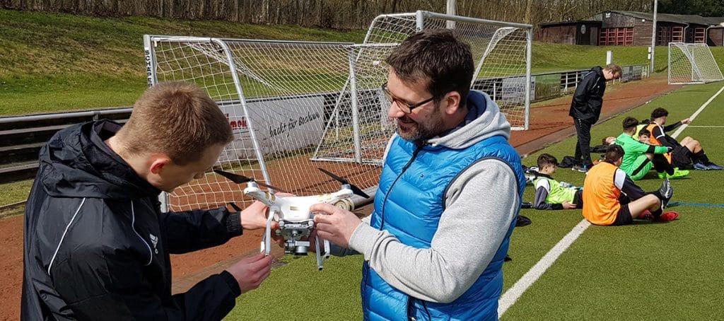 Steven Turek und Oliver Schreiner untersuchen die Drohne mit eingebauter Kamera