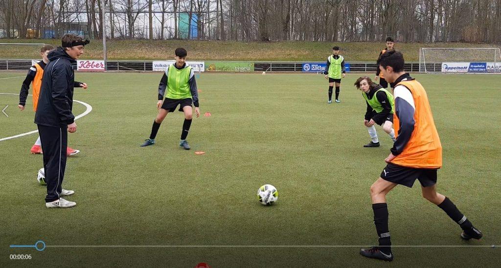 Jonas Stephan nimmt Spielszenen mit der Kamera am Kopf auf, später trägt ein Spieler diese Kamera. Diese Aufnahmen zeigen Spielszenen aus dem Blickwinkel eines Spielers.