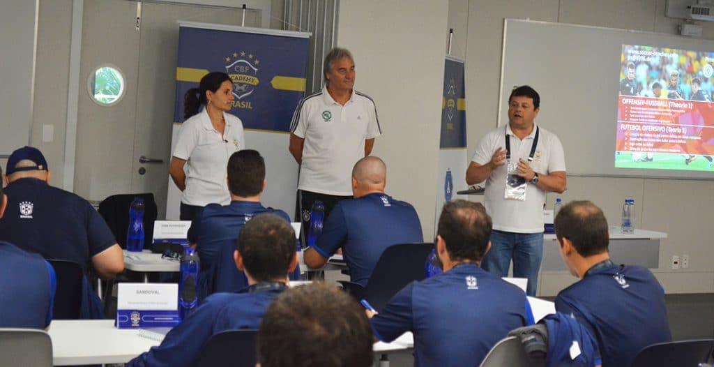 Mauricio Marques (Coordenador CBF Academy) stellt Peter Schreiner vor, links die Übersetzerin Mariana Lopes