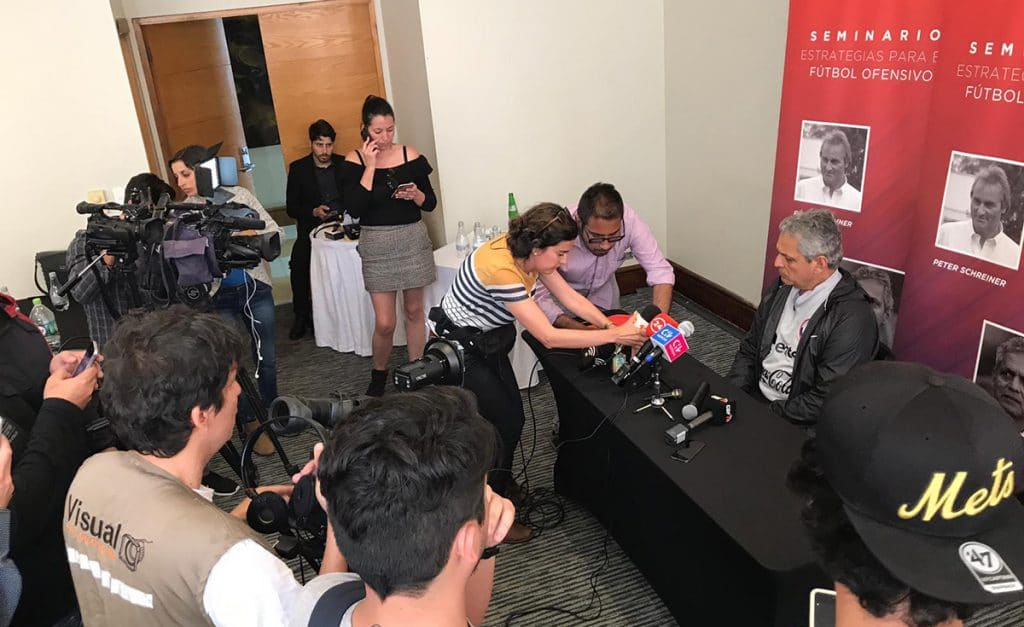 Reinaldo Rueda bei der Pressekonferenz nach dem Seminar in Antofagasta.