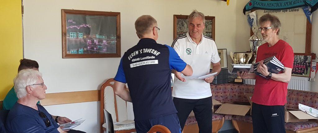 Dirk Feldkötter und Peter Schreiner überreichten den Trainern die verdienten Zertifikate und das Sponsoren-Paket.