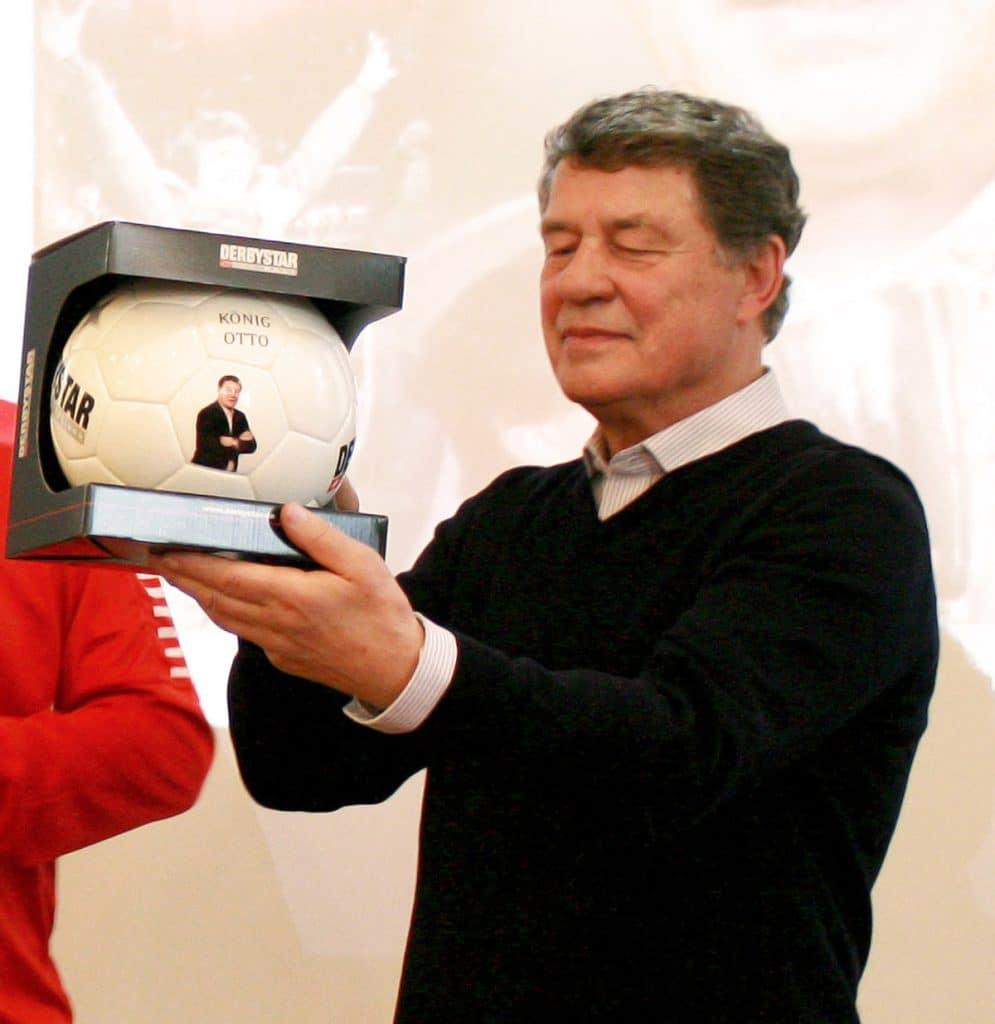 Joachim Böhmer (Geschäftsleitung Derbystar) überreichte Otto Rehhagel einen speziell für ihn erstellten Ball.