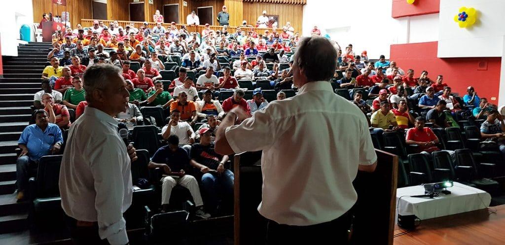 Peter Schreiner bei seinem Vortrag in der Universität von Tulua (Kolubien).