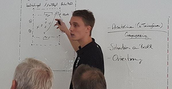 Steven Turek - Referent in einem Seminar des Instituts für Jugendfußball