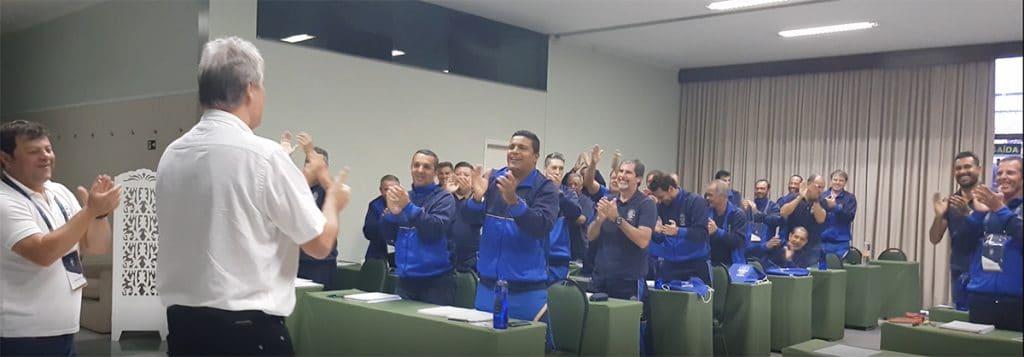 Peter Schreiner wird mit großem Applaus vom A-Lizenz-Lehrgang in Brasilien verabschiedet, wo er 2 komplette Tage Ausbildung durchführte.