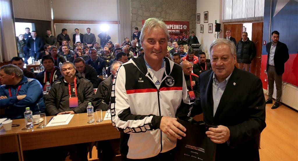 Arturo Salah (Präsident des Chilenischen Fußballverbandes) überreicht Peter Schreiner ein Geschenk nach seinem Seminar Santiago de Chile.